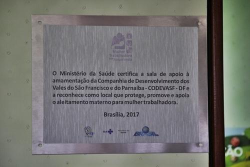 Placa do projeto Mulher trabalhadora que amamenta, que reconhece a Codevasf como local que promove, protege e apoia o aleitamento materno.