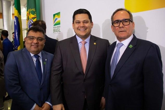 Diretor Sérgio Costa; presidente do Senado, Davi Alcolumbre; diretor Luis Napoleão Casado. Crédito: Cássio Moreira/Codevasf.