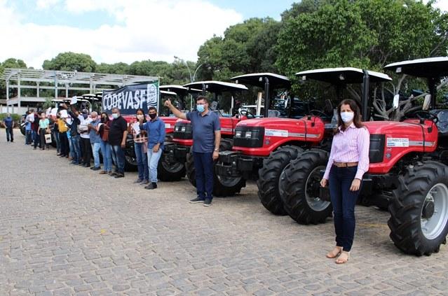 Foto 2 - Codevasf beneficia produtores familiares do Norte da Bahia com mecanização agrícola.JPG