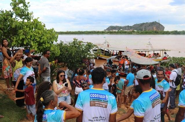 Codevasf lança 55 mil alevinos no rio São Francisco em Bom Jesus da Lapa (BA)