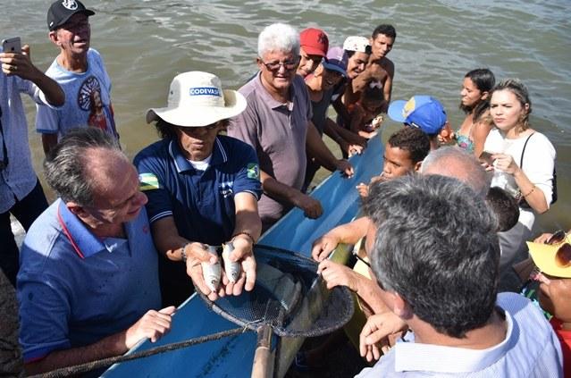 Codevasf realiza peixamento em festa de Bom Jesus dos Navegantes em Sergipe