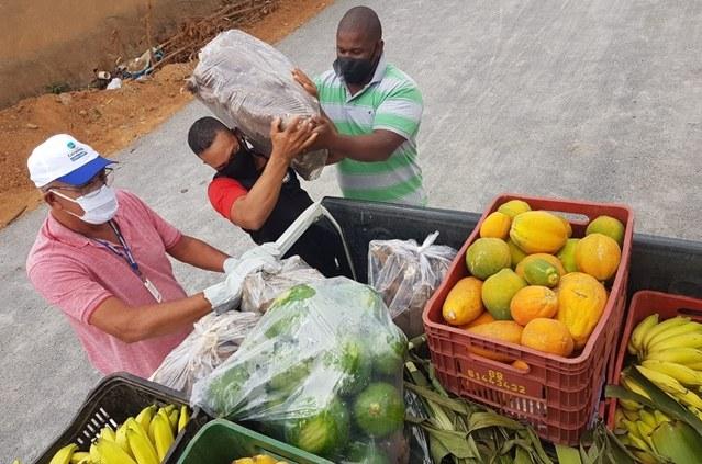 Com apoio da Codevasf, cooperativa de produtores do projeto de Ceraíma distribui alimentos para entidades filantrópicas